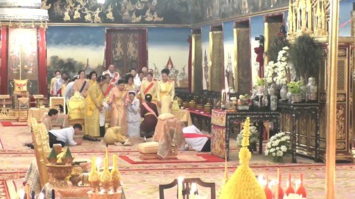 สมเด็จพระราชินี กราบพระบาท สมเด็จพระเทพ-เจ้าฟ้าจุฬาภรณ์ ในพระราชพิธี