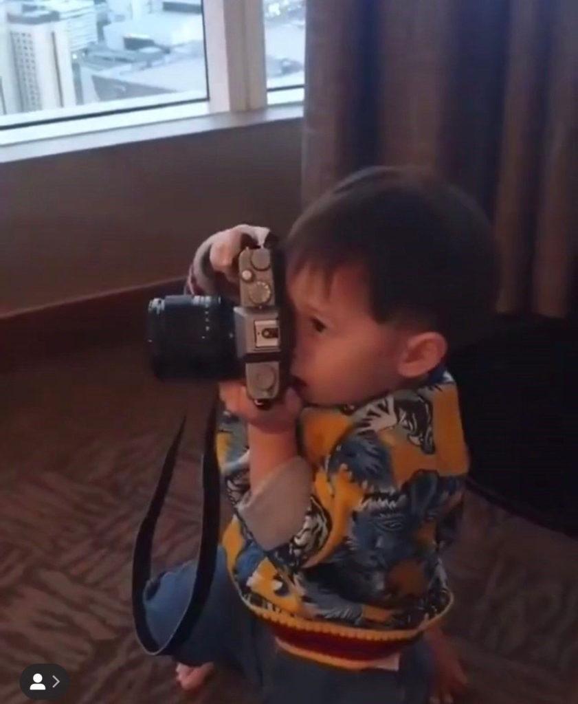 """น่าเอ็นดู ! """"น้องสายฟ้า"""" รับหน้าที่เป็นตากล้อง ตั้งใจถ่ายภาพให้คุณป้า"""