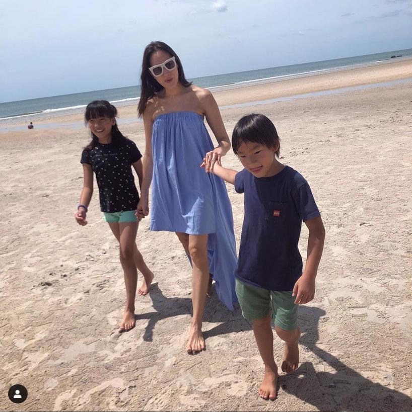 ตุ๊ก ชนกวนันท์ หอบลูกเที่ยวทะเล นุ่งบิกินี่อวดหุ่นแซ่บ ไม่น่าเชื่ออายุเข้าหลักสี่ไปแล้ว!!