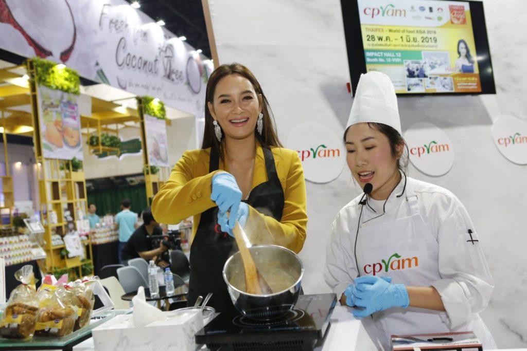บี น้ำทิพย์ โชว์ฝีมือ ที่บูธ ซีพีแรม ตอกย้ำความเป็นผู้นำธุรกิจอาหารพร้อมรับประทาน และผู้นำด้าน FOOD PROVIDER มาตรฐานโลก