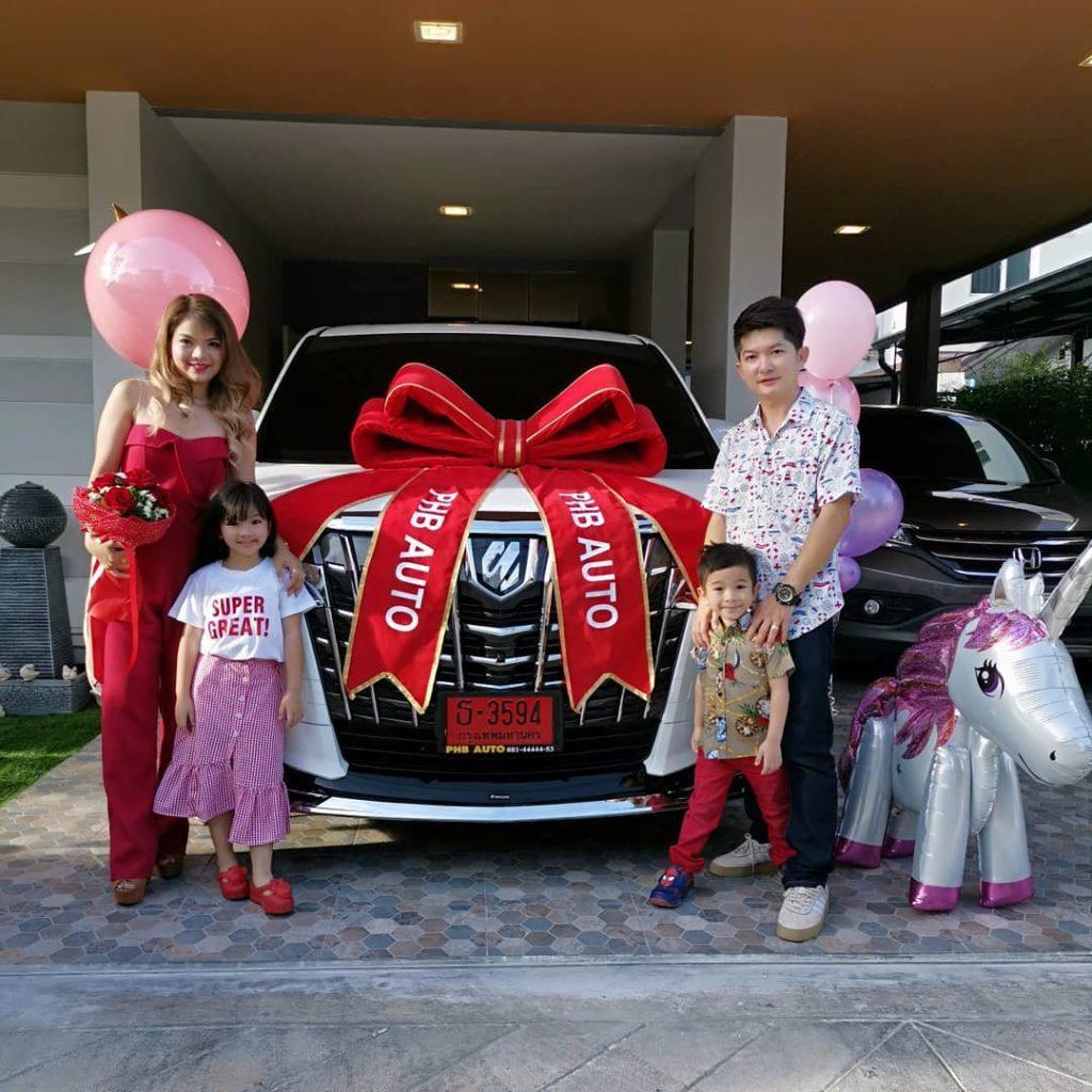 น้องอินเตอร์ ซื้อสด รถวีไอพีป้ายแดง ให้ครอบครัว อิจฉาคนเป็น พ่อ-แม่ จริงๆ
