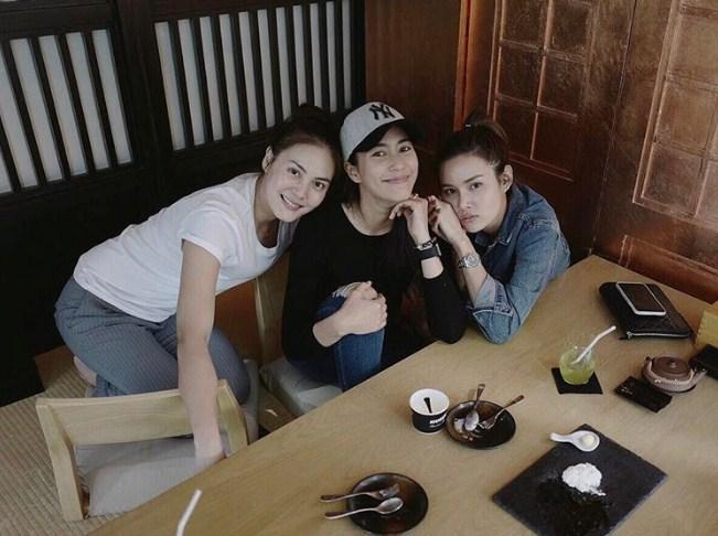 3 สาวหน้าเด็กเวอร์ 'จุ๋ย-เจนี่-หญิง' ถ่ายภาพร่วมเฟรม ในลุคเบาๆ อวดหน้าใส