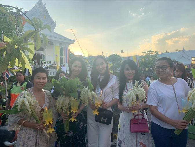อั้ม พัชราภา ยืนยันความโสด พาแก๊งเพื่อนสาว จัดดอกไม้เวียนเทียน(ชมคลิป)