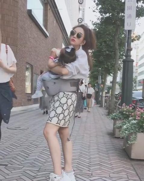 เป้ย ปานวาด ดูแพงมาก กระเตงลูกสาว น้องปาลิน เดินช้อปปิ้งญี่ปุ่น