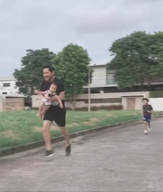 แฟนคลับเป็นห่วง กลัวจะหกล้ม เมื่อเห็น พ่อป๊อบ อุ้มลูกสาว น้องปาลิน แล้ววิ่งไปด้วย!!(ชมคลิป)