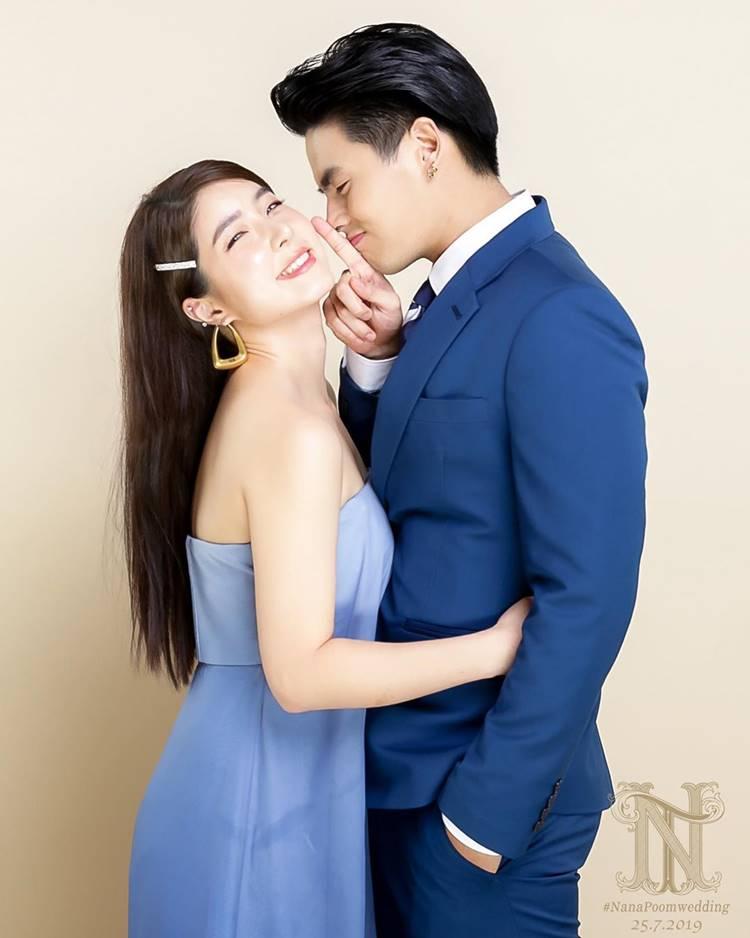 """""""ฮั่น จียอน"""" อวดภาพคู่สุดหวาน ควงแขนไปงานแต่ง แต่ดันเหมือนถ่ายพรีเวดดิ้ง"""