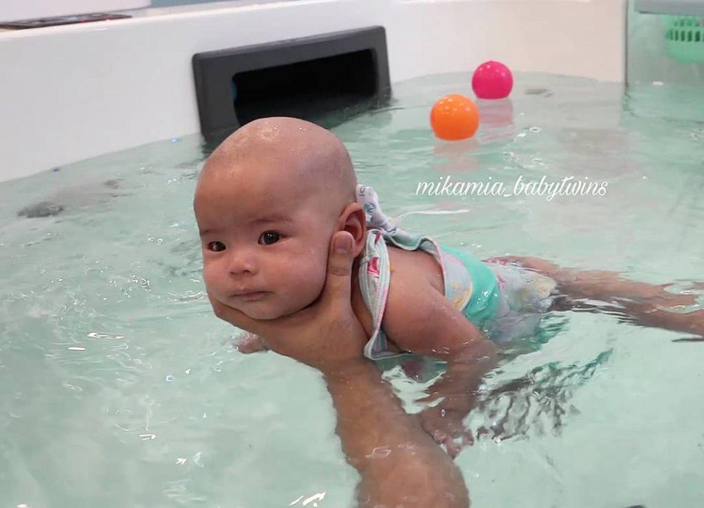 น่ารักมาก ป๊อก-มาร์กี้ เผยคลิป พาลูกแฝด ว่ายน้ำ