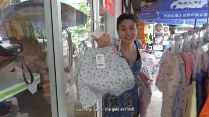มาร์กี้ ช้อปปิ้งร้านข้างทาง ซื้อชุดให้ลูกแฝด