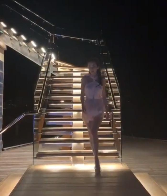 ซูมชัดๆ อั้ม เดินลงบันได ชาวเน็ตแห่ดูคลิป วนจะล้านวิวแล้ว!! (ชมคลิป)
