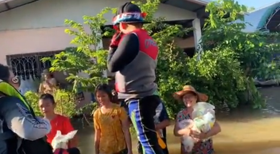 เปิ้ล นาคร ควงภรรยาและลูกๆ ขี่เจ็ตสกี ช่วยเหลือชาวบ้าน น้ำท่วมอุบลฯ (ชมคลิป)