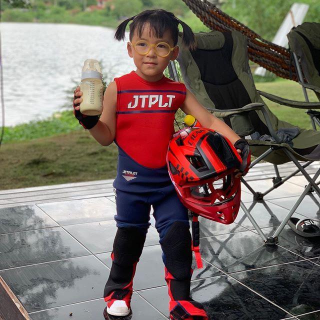 น้องออกู๊ด ลูกชาย เปิ้ล นาคร ขี่เจ็ตสกีในวัย 3 ขวบ ปากยังคาบขวดนม (ชมคลิป)