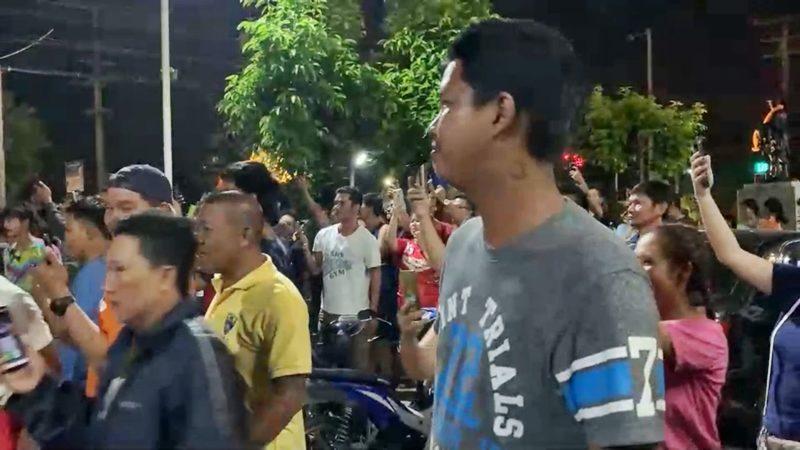 หนุ่มแว่น หัวร้อน ต้องนอนโรง ห่วงโดนประชาทัณฑ์ หลังมีชาวบ้านมารอเพียบ!!