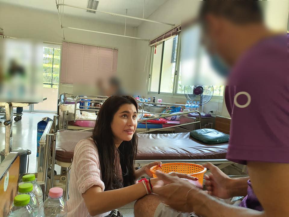 ปู ไปรยา เข้าเยี่ยมผู้ป่วย วัดพระบาทน้ำพุใกล้ชิด แบบไม่รังเกียจ!!