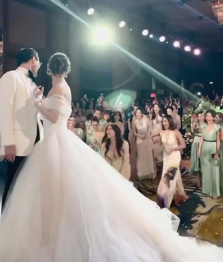 """เปิดภาพนางเอกสาวได้รับช่อดอกไม้ในงานแต่ง """"มิว นิษฐา"""""""