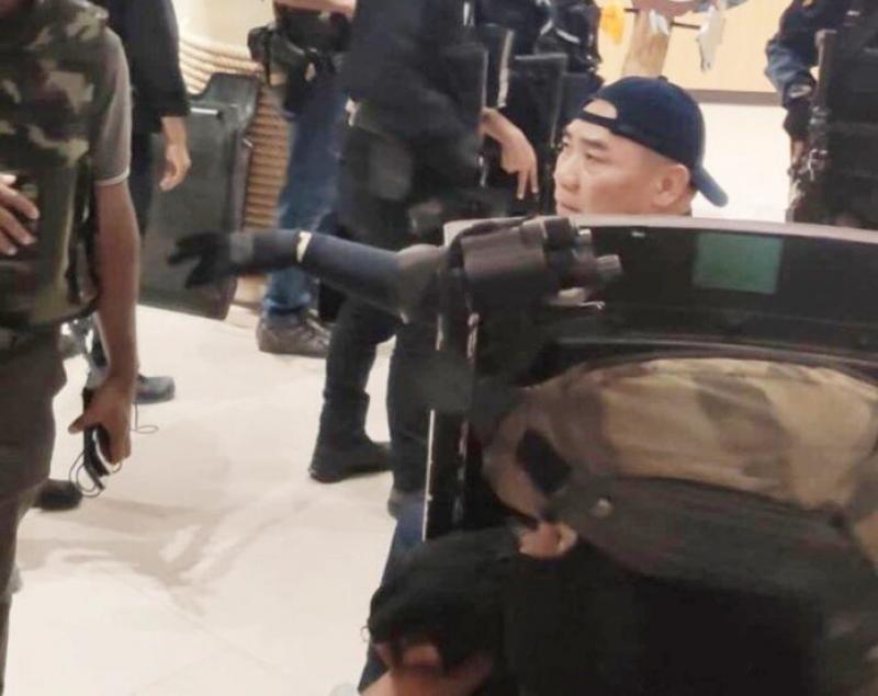 เปิดคลิปนาที ผบตร นำทีมบุกเข้าห้าง สั่งการ ดวลเดือดจับตาย ทหารคลั่ง