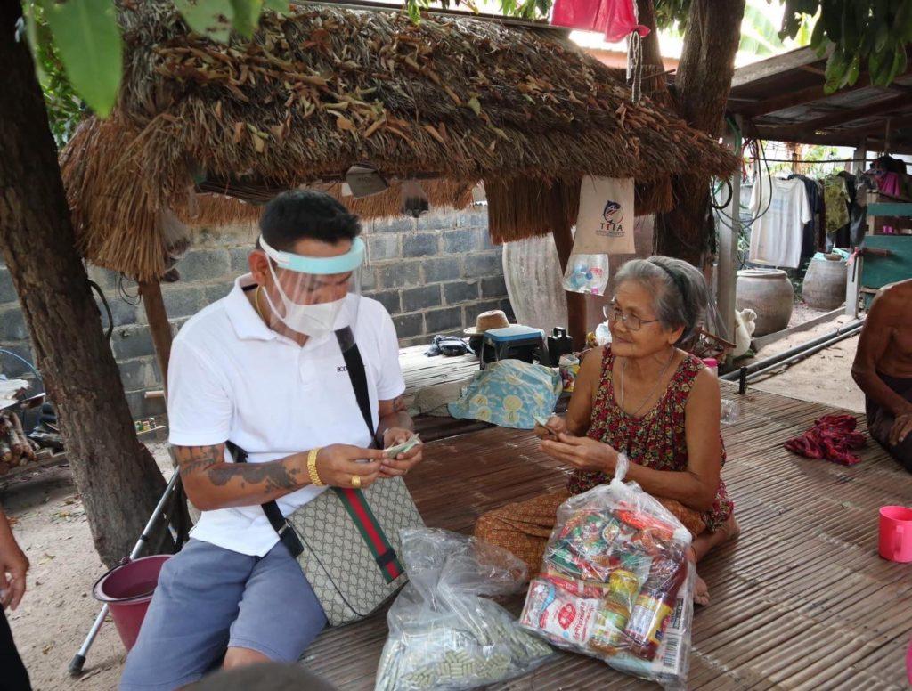 """คนไทยไม่ทิ้งกัน!!""""อาจารย์บอย"""" ลงพื้นที่แจกถุงยังชีพ 7 อำเภอ ฝ่าวิกฤตโควิด-19"""