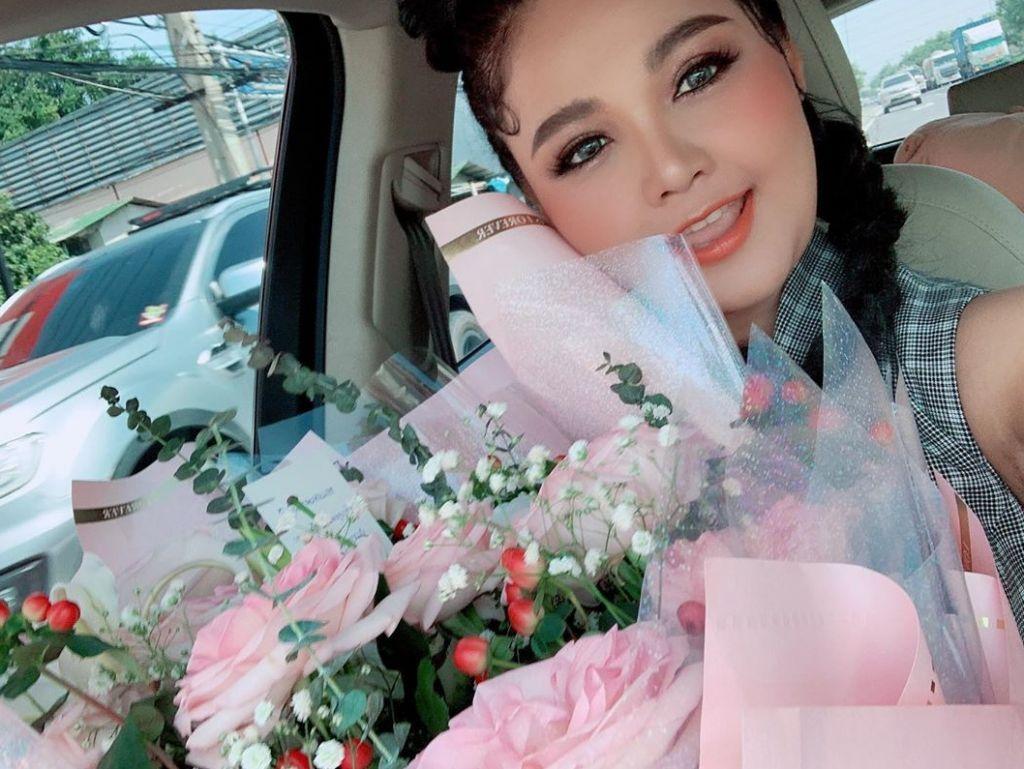ตั๊กแตน ชลดา ไม่โสดแล้ว หลังโพสต์ภาพดอกไม้ช่อโต