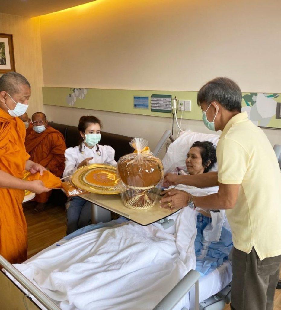 ดูแลเเม่ไม่ห่าง! ไบร์ท พิชญทัฬห์ นิมนต์พระมาให้คุณแม่ทำบุญ หลังนอนรักษาตัวอยู่ที่โรงพยาบาล